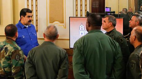 Le président vénézuélien Nicolas Maduro devant des membres du haut commandement militaire au palais de Miraflores à Caracas, le 30 avril 2019.