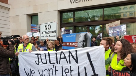 Des Gilets jaunes sont venus soutenir le fondateur de WikiLeaks Julian Assange devant le tribunal de Westminster, le 2 mai.