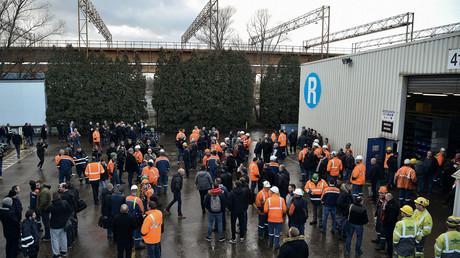 Des ouvriers se réunissent devant l'usine sidérurgique Ascoval de Saint-Saulve, près de Valenciennes, dans le nord de la France, le 19 décembre 2018 (image d'illustration).