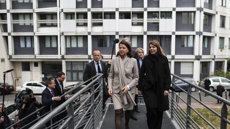 La ministre de la santé Angès Buzyn sur l'escalier de secours du service réanimation de l'hôpital de la Pitié-salpêtrière à Paris, le 2 mai.