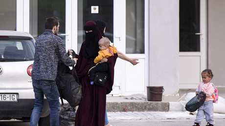 Une femme revenue de Syrie avec ses enfants quitte un centre de détention pour retrouver la vie normale avec ses proches dans le village de Vranidoll au Kosovo, 22 avril 2019 (image d'illustration).
