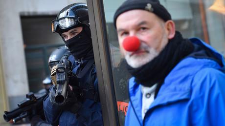 Un policier tient son lanceur de balle de défense à Nantes, le 2 février 2019 (image d'illustration).