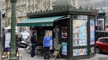 Un kiosque à journaux parisiens. Image d'illustration.