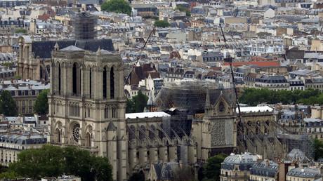 La cathédrale Notre-Dame de Paris revêtue d'une bâche blanche la protégeant des intempéries (image d'illustration).