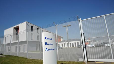 Rennes : s'opposant à l'expulsion d'un des leurs, des migrants incendient leur centre de rétention