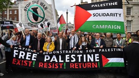 Londres : des milliers de personnes défilent pour la Palestine en présence d'Ahed Tamimi (IMAGES)