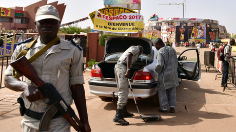 Des policiers vérifient les voitures à l'entrée du Festival panafricain du cinéma et de la télévision, à Ouagadougou (FESPACO), le 27 février 2017 (image d'illustration).