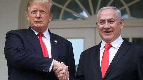 Le président américain Donald Trump serre la main du Premier ministre israélien Benjamin Netanyahou devant la Maison Blanche, le 25 mars 2019 (image d'illustration).