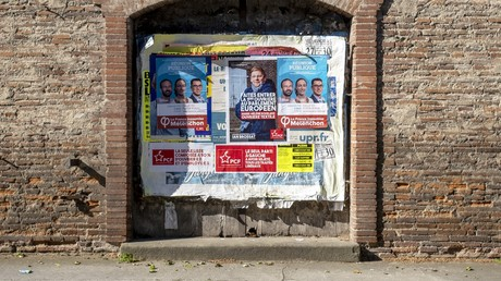 Des affiches politiques, dont des affiches électorales pour les européennes, le 6 mai 2019 à Villenouvelle (Haute-Garonne).
