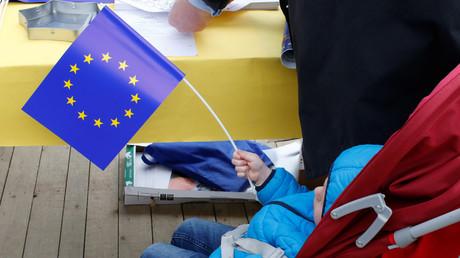 Un enfant tient un drapeau européen à l'occasion de la fête de l'Europe, Bruxelles, 9 mai 2019 (image d'illustration).