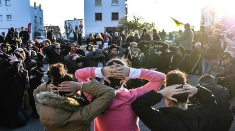 Des lycéens simulent une arrestation lors d'une manifestation à Mantes-la-Jolie le 12 décembre 2018 en soutien aux lycéens arrêtés dans la même ville le 7 décembre 2018.
