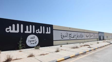 Des drapeaux et des slogans de Daesh peints sur un mur dans un quartier de la ville libyenne de Syrte, le 22 août 2016  (image d'illustration).