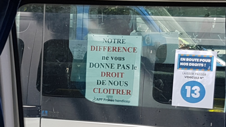 Slogan de l'association APF France Handicap, visible lors d'un rassemblement parisien, le 14 mai 2019.