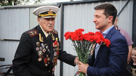 Volodymyr Zelensky offre des fleurs à l'officier de l'armée soviétique Ivan Zaluzhny, lors d'une réunion avec des vétérans de la Seconde Guerre mondiale, le 8 mai 2019.