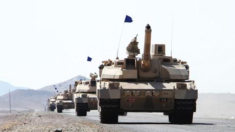 Des chars français Leclerc sont mobilisés dans la région yéménite de Dhubab lors d'une opération militaire menée par la coalition dirigée par l'Arabie Saoudite contre les rebelles Houthis et leurs alliés, le 7 janvier 2017 (image d'illustration).