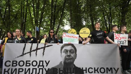 Des manifestants rassemblés devant l'ambassade ukrainienne à Moscou le 15 mai 2019 pour exiger la libération de Kirill Vychinsky.