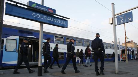 Des policiers en patrouille dans le RER D à Goussainville, octobre 2015 (image d'illustration).