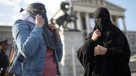 Les députés autrichiens interdisent le voile au primaire, l'Allemagne y réfléchit