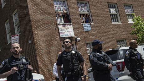 Des partisans de Nicolas Maduro occupant l'ambassade du Venezuela, sous les yeux de la police, à Washington, le 15 mai 2019 (image d'illustration).