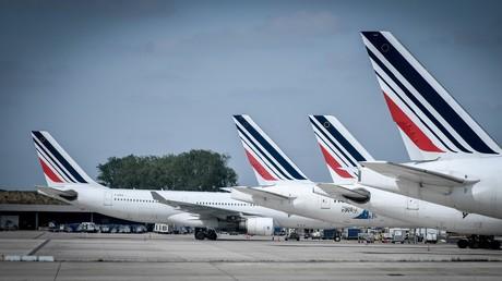Empennages d'avions de la compagnie Air France stationnés sur le tarmac de l'aéroport Roissy-Charles De Gaulle, près de Paris (photo d'illustration prise en avril 2018).