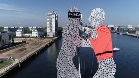 Allemagne : la statue  de «Molecule Man» revêtue d'un gilet de sauvetage