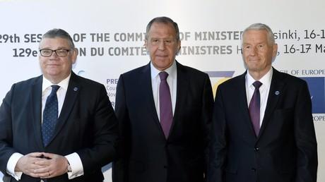 De gauche à droite : les ministres finlandais et russe Timo Soini, Sergueï Lavrov ainsi que le secrétaire général du  Conseil de l'Europe Thorbjorn Jagland, le 17 mai 2019.