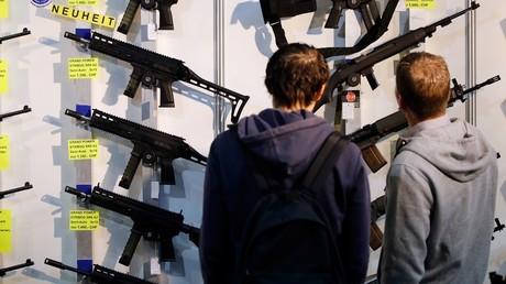 Menacés d'exclusion de Schengen, les Suisses votent le durcissement de leur loi sur les armes à feu