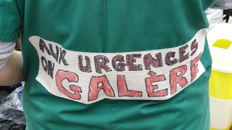 Urgences en grève : rassemblement de personnels hospitaliers devant la mairie de Paris (IMAGES)