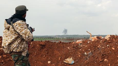 Un soldat de l'armée syrienne observe un panache de fumée s'élevant vers le ciel dans la province de Hama, le 1er avril 2017 (image d'illustration).