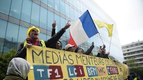 Manifestation du mouvement Gilets jaunes devant le siège d'un média