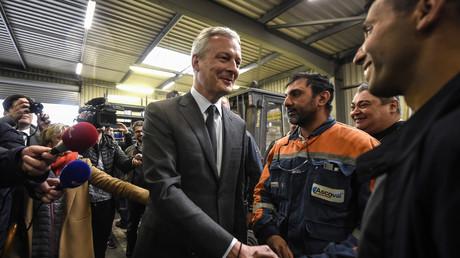 Le ministre français de l'Economie et des Finances, Bruno Le Maire serre la main d'un employé de l'aciérie Ascoval le 2 mai 2019, jour de la décision du tribunal de Strasbourg concernant la reprise de la société Ascoval par le Britannique British Steel (image d'illustration).