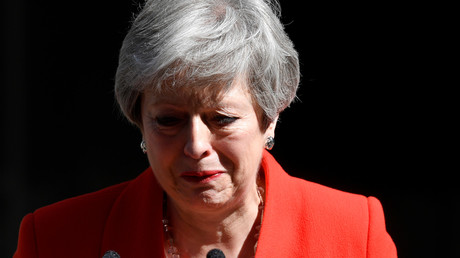 En larmes, Theresa May annonce sa démission