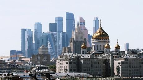Vue sur le quartier d'affaires de Moscou. Au premier plan, derrière un ensemble d'immeubles d'habitations, la cathédrale du Christ Sauveur (photo d'illustration prise en mai 2019).