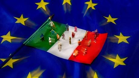 Des figurines disposées sur un drapeau italien entouré des étoiles européennes (image d'illustration).
