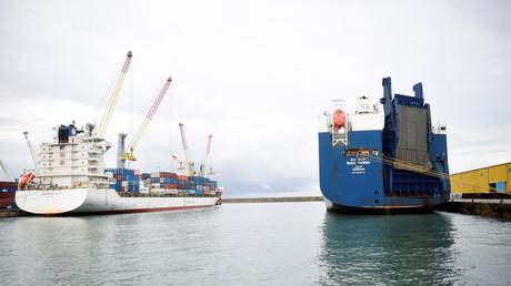 Le cargo saoudien Bahri Yanbu, soupçonné de transporter des armes françaises à destination de l'Arabie saoudite, dans le port de Gênes en Italie, le 20 mai 2019 (image d'illustration).