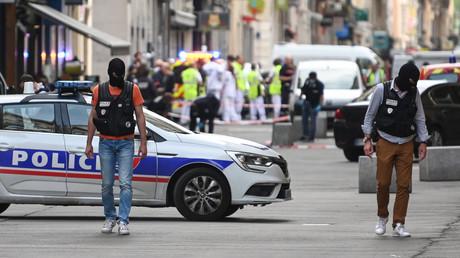 La police se déploie le long d'une rue piétonne au cœur de Lyon où s'est produit un attentat, le 24 mai 2019 (image d'illustration).