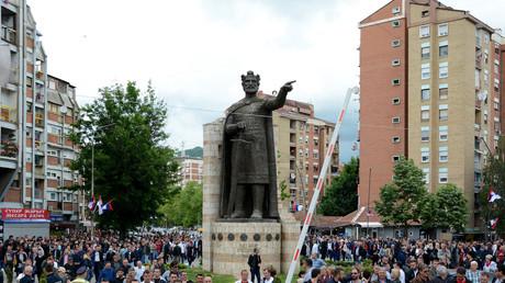 Des Serbes manifestent le 29 mai 2019 à Mitrovica, suite aux raids de la police kosovare dans le nord du Kosovo.