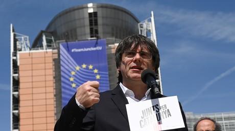 L'ancien président de la Generalitat de Catalogne et désormais eurodéputé Carles Puigdemont devant le Parlement européen à Bruxelles, le 24 mai.