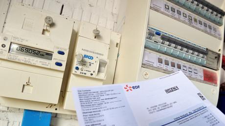 Photo prise le 31 juillet 2013 montrant un compteur électrique et une facture d'électricité EDF à Godewaersvelde, dans le nord de la France (illustration).