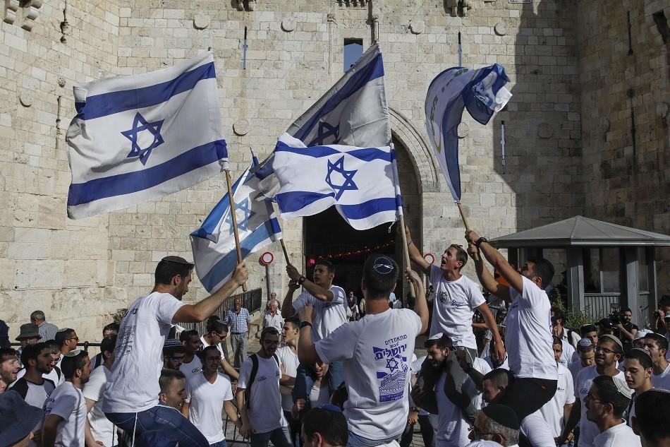 Des milliers d'Israéliens célèbrent la prise de Jérusalem-Est (IMAGES)
