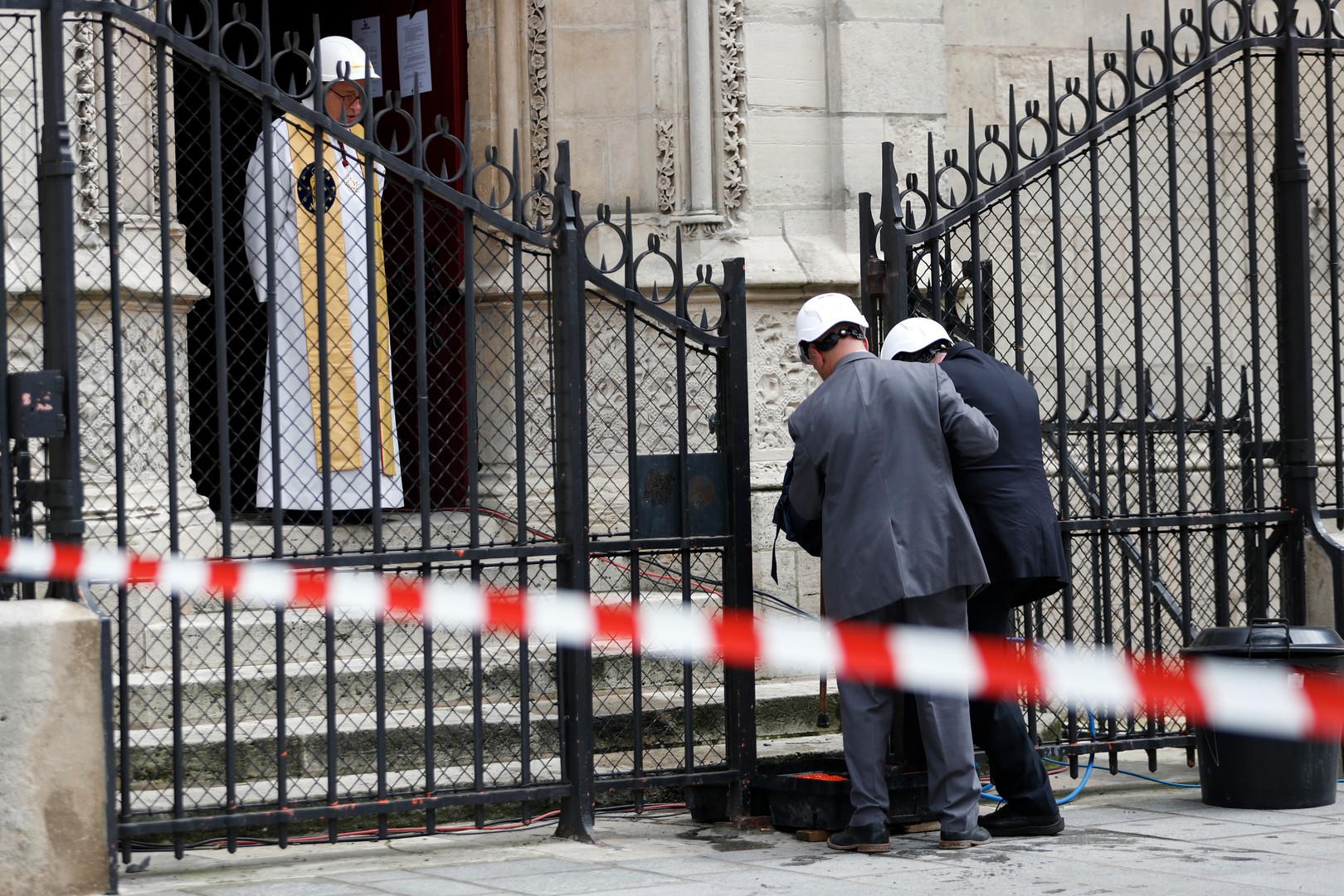 Aubes et casques de chantier : la première messe depuis l'incendie célébrée à Notre-Dame (IMAGES)