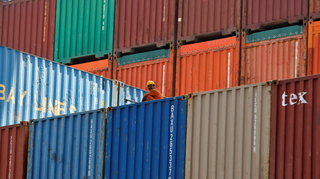 Un ouvrier assis sur un cargo porte-conteneurs dans le port de Mundra, dans l'Etat du Gujarat sur la côte occidentale de l'Inde (photographie d'illustration prise le 15 janvier 2019).