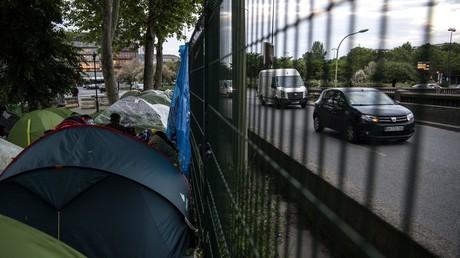 Des tentes occupées par des migrants le long du périphérique au niveau de la porte d'Aubervilliers, le 16 mai 2019.