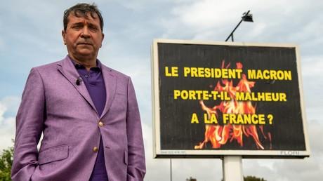 Le publicitaire Michel-Ange Flori devant une de ses affiches, le 25 avril 2019, à La Seyne-sur-Mer, dans le sud de la France (image d'illustration).