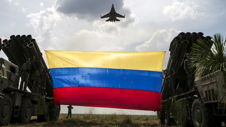 Un Sukhoi Su-30 russe survole un drapeau vénézuélien.