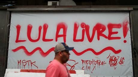 Un homme passe devant un panneau sur lequel est écrit «Lula libre !» (image d'illustration).