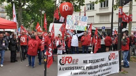 Personnel soignant manifestant contre le projet de loi Ma santé 2022, devant le ministère de la Santé à Paris.