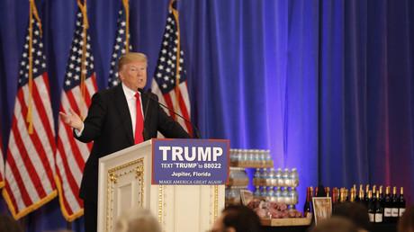 Le candidat républicain à la présidence des Etats-Unis, Donald Trump, prend la parole devant un étal  d'eau, de vin et de steaks produits sous sa marque au Trump National Golf Club en Floride, 8 mars 2016 (illustration).