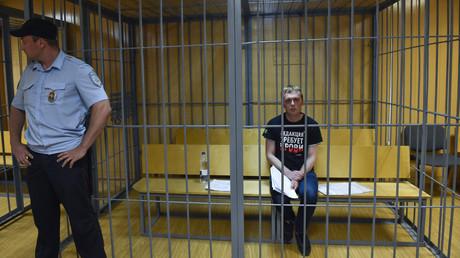 Le journaliste Ivan Golounov dans le box des accusés lors de son audition au tribunal de Moscou, le 8 juin.