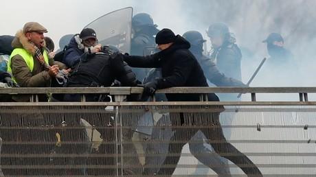 Christophe Dettinger, ancien champion de France de boxe, affronte des gendarmes lors d'une manifestation des Gilets jaunes à Paris, le 5 janvier 2019.